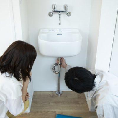 排水管を修理する人