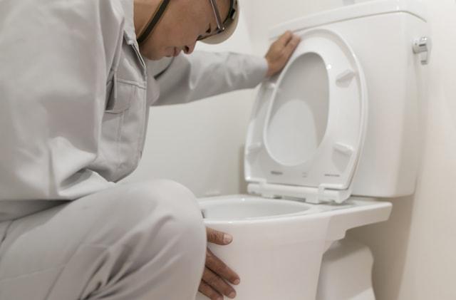 トイレを点検する人