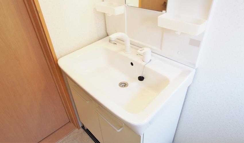洗面所の水垢を落とすには?原因や予防法も解説
