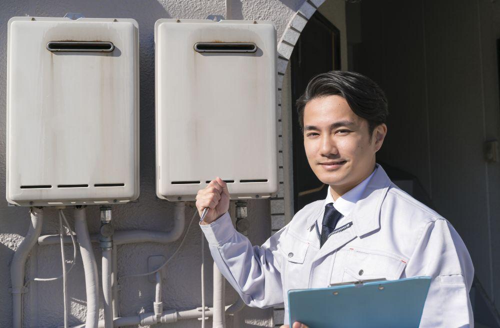マンションの給湯器の注意点を説明する男性の画像